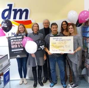 Spendenübergave bei dm: Stadtjugendring erhält 5% der Einnahmen vom Giving Friday